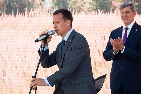 Айрат Хайруллин (слева): «Мыможем быть примером для многих других регионов РФ, еслибы мыздесь обкатывали [проекты], набивали шишки, ставили новые задачи, преодолевали проблемы»