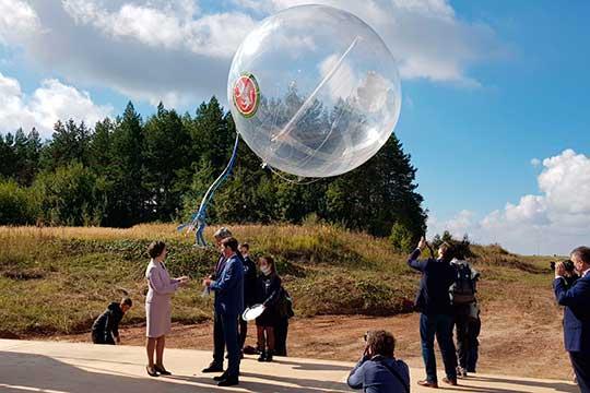 Ножницы вручили вице-премьеру РТ Роману Шайхутдинову и директору по цифровизации ГК «Росатом» Екатерине Солнцевой, после чего большой воздушный шар, символизирующий цифровое облако Росатома, улетел в небо