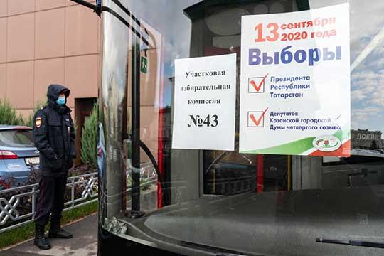 Единственный временный участок в Казани, который нашел корреспондент «БИЗНЕС Online», размещен на Площади Свободы. Автобус превратили в выездной 43 участок на Театральной улице