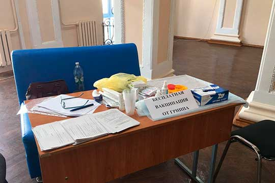 «Бонус» встречает проголосовавших заурнами сголосами— там расположен стол сподписью «Бесплатная вакцинация отгриппа»