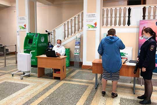 КАИ открыл участок на территории корпуса на Карла Маркса, 10. В вестибюле сидит доктор и женщина-полицейский — проверяет всех металлоискателем