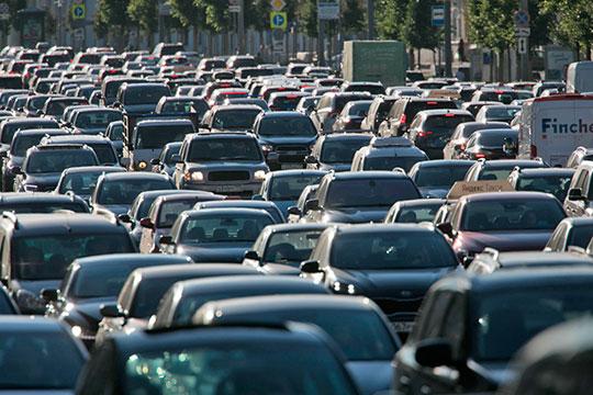 Чтобы такая система заработала, потребуется сделать платным для обычных автомобилистов проезд по большинству российских дорог, включая крупные города