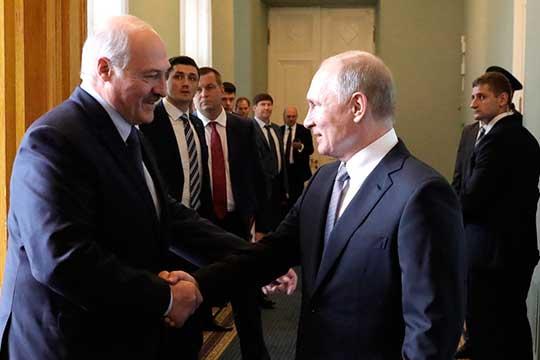 «Лукашенко (слева) собирается явно несдаваться, аторговаться. И, судя пориторике последних дней, унего появляется новый товар для такого торга. Батька еще выкинет такой фортель, который отнего мало кто ждет»