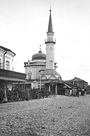 Зажиточные татары начали строить мечети, преодолевая действующие запреты, причем каменные, ничем неуступавшие христианским храмам. Искоро количество мечетей, которое было разрушено всерединеXVIII века, было восполнено.Сенная мечеть (ныне Нурулла) в Казани. Фото до 1917