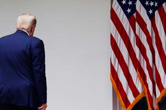 «Также и с Трампом: если он проиграет, я думаю, что его будут тщательно охранять, и никаких уголовных дел против него возбуждено не будет. Однако начнется длительный период его постепенной дискредитации»