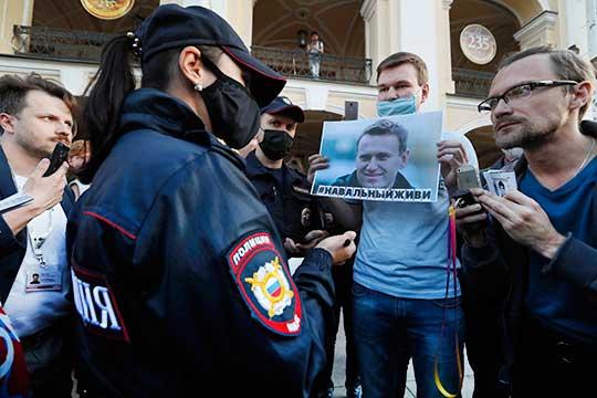 «Для Запада Навальный — человек, который публично оппонирует Владимиру Путину. В этом смысле он очень важен для Запада»