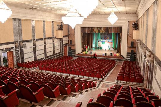 Спектакли на сцене ДК детям все же показывали — правда, силами штатного театрального коллектива под названием «Клаксон» и за счет средств самого ДК
