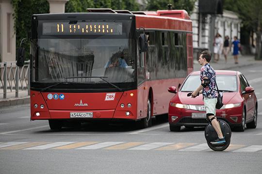 На обычном самокате, скейте или коньках на пешеходном переходе нужно замедляться до скорости пешеходов