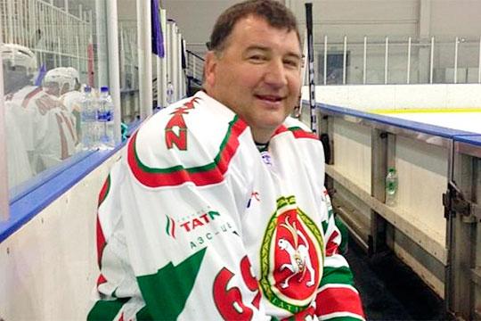 Сафин входит хоккейную команду Рустама Минниханова, там его характеризуют жестким и неуступчивым защитником