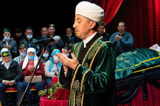 Прямо на сцене руководитель отдела ДУМ РТ Рамиль Мингараев прочитал Коран и вознес молитву Аллаху, после чего занавес закрыли