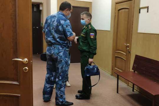 РустемуХайбуллину (справа) судназначил общее наказание в1 год и6 месяцев сотбыванием вколонии-поселении иштрафом в100тыс. рублей