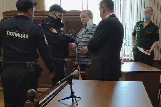 Общий срок Азата Минибаева (в полосатой футболке) составил 2 года 6 месяцев.Кроме того, ему предстоит выплатить штраф в120тыс. рублей