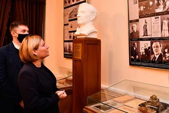 Теперь уАлександра Яковлевича есть целый министр, которая нетолько оценила качество кресел взрительном зале, нои возложила букет алых роз кпамятнику прадеду (единственному вмире— заметила Любимова) вфойе театра