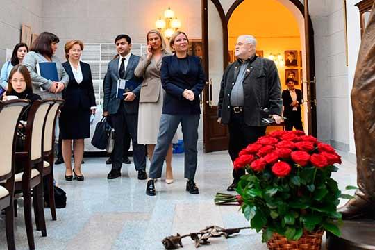 Кстати, в Качаловский театр госпожу федерального министра привели не зря, ведь Любимова — правнучка Василия Качалова по матери