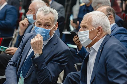 Алексей Пахомов (слева):«Александр Николаевич неизтой категории, что работает напоказ, аизтой, которая работает наобщий результат тружеников всего завода»