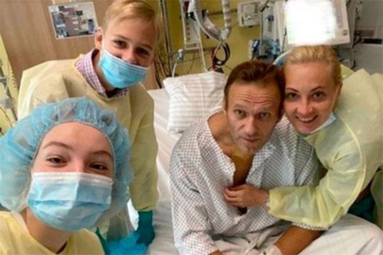 Алексей Навальный вышел из комы, пришел в сознание, а его фотография из палаты в окружении близких — на первых полосах ведущих мировых СМИ