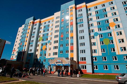 В Нижнекамске уже третий год не строят коммерческое жилье, зато на окраинах в поле вырастают безликие кварталы соципотечных домов