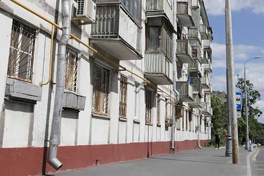 Самые дешевые варианты на длительный срок начинаются от 7 тыс. рублей. За эти деньги вам предложат гостинку с «бабушкиным» ремонтом, в лучшем случае — со своим туалетом и общим душем на несколько квартир на площадке