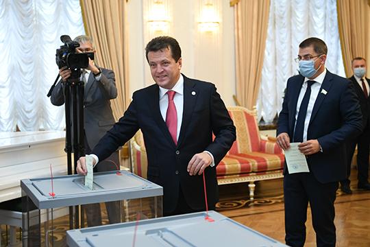 Основной вопрос в сегодняшней повестке — выборы мэра Казани. Ильсур Метшин оказался единственным кандидатом на эту должность — ни в ходе сегодняшней сессии, ни ранее другие политические силы своих предложений не внесли