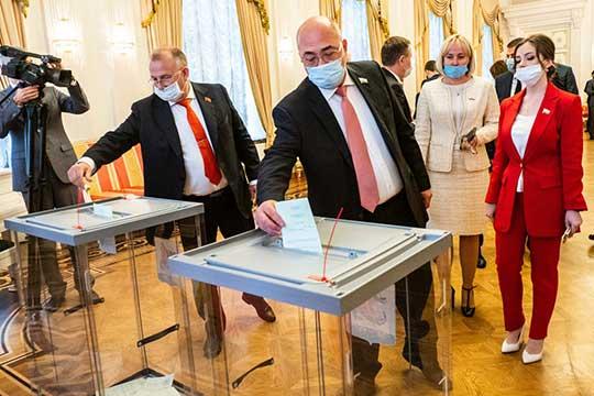 """Альфред Валиев (слева):«Яголосовал заМетшина— некак зачлена """"Единой России"""", акак зачеловека игосслужащего, который за15 лет добился успехов»"""