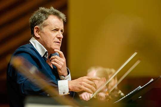 Из-за коронавируса сильно просел врейтинге руководитель Камерного оркестра Органного залаИгорь Лерман(41)