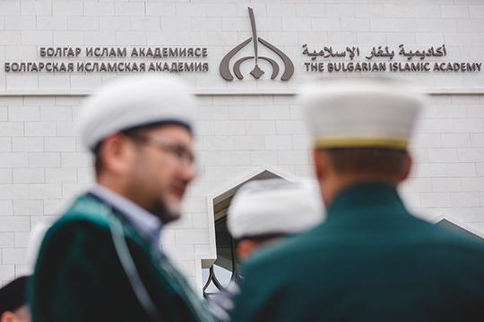 «Мывидим, сколько унас священнослужителей, имамов, муфтиев, неимея нивысшего, нисреднего образования, создают централизованную организацию иприсваивают сами себе титулы извания муфтиев»