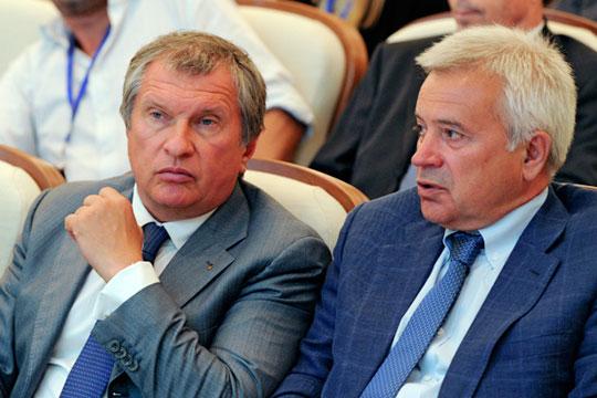 Минфин заговорил о пересмотре льгот по НДПИ для выработанных месторождений. Ответом стало коллективное письмо нефтяников Путину. На фото Игорь Сечин (слева) и Вагит Алекперов (справа)