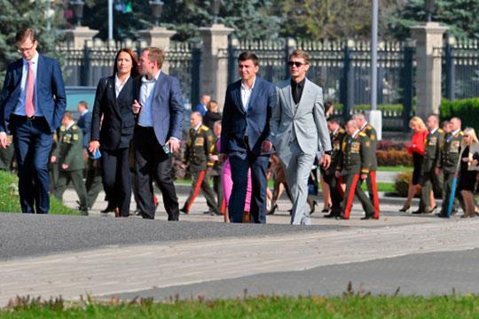 Все началось с того, что утром около Дворца независимости в Минске собрались чиновники и сотрудники правоохранительных органов