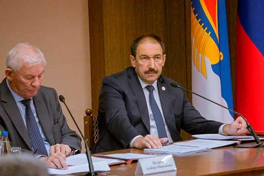 Алексей Песошин (справа): «От опыта, эффективности, целеустремленности первого лица зависит благополучие территории и его жителей на годы вперед»