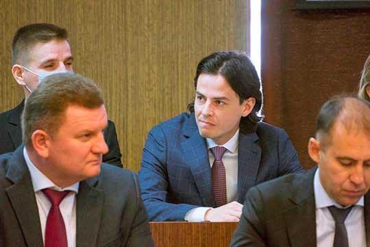 В понедельник площадка лишилась своего куратора — главный по ТОСЭР Эльдар Тимергалиев (справа) ушел возглавлять корпоративный блок Акибанка. На прощание ему вручили Почетную грамоту мэра