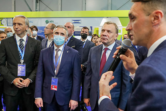 Юрий Борисов (третий слева): «Нужно признать, что экспорт нефтегазопродуктов остается основной статьей наших доходов и нам надо переламывать эту тенденцию»