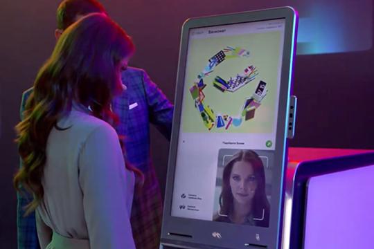 Александр Ведяхин продемонстрировал новые типы банкоматов — экран похож на смартфон, карту доставать необязательно, можно войти в свой профиль с помощью телефона или лица