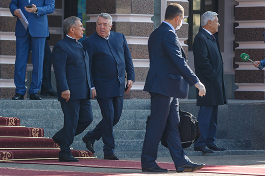 Сам Минниханов покинул концертный зал последним, когда на площади перед зданием уже почти никого не осталось, и на этот раз президента увез уже не отечественный «Аурус» как на инугурации, а белая «Тойота Альфард»