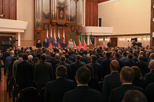 «Битком зал», — прошептал спикер Госсовета РТ Фарид Мухаметшин, занимая свое место в президиуме 14-й сессии