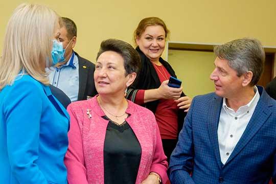 Гульзада Руденко (в центре) отметила, что запрошедший год все увидели, насколько глава способен принимать смелые решения