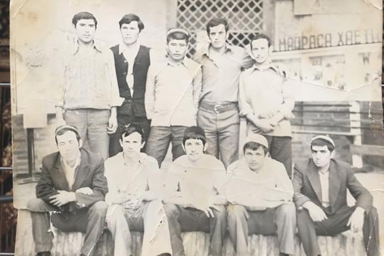 Будущие муфтии Татарстана Гусман Исхаков (третий слева в 1-м ряду) и Габдельхамид Зинатуллин (первый справа во 2-м ряду) в период обучения в Бухаре. Конец 1970-х гг.