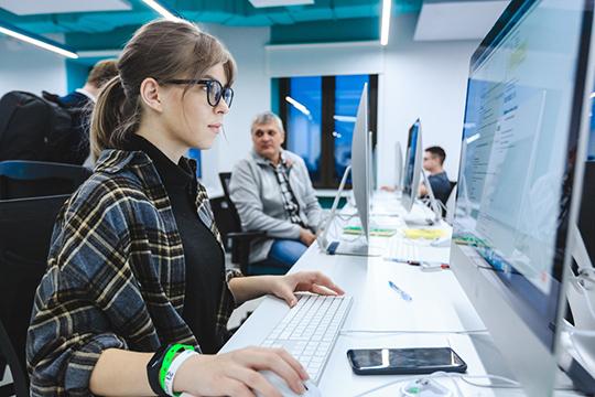 Первый «бассейн» вКазани стартовал вфеврале 2020 года. Было подано 60тыс. онлайн–заявок. Отобраны 1,7тыс. участников. Задача участников— неутонуть вморе информации