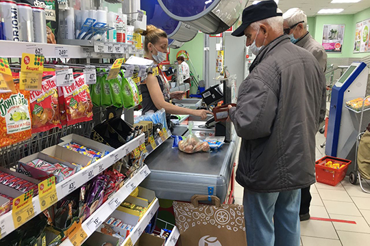 Одним из главных достижений последних месяцев можно назвать приучение продавцов в магазинах быть в маске. Но мотивация здесь от обратного: в санкциях, а не в мерах безопасности