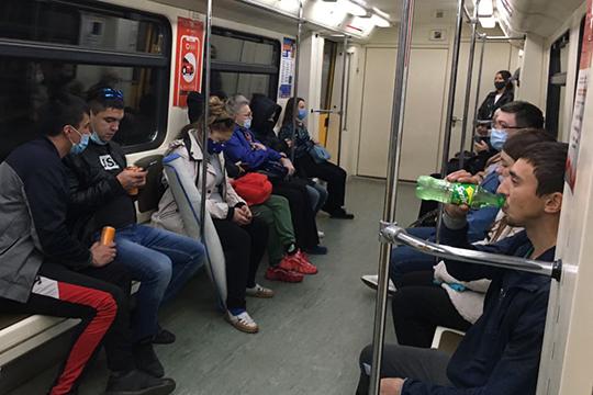 По наблюдениям наших корреспондентов, в транспорте уже не первый месяц многие казанцы игнорируют правило обязательного ношения масок