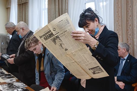 Затем в Союзе журналистов Татарстана состоялось открытие выставки, посвященной «Вечерке» Здесь можно было увидеть самый первый номер «ВК», который вышел 1 января 1979 года — к слову