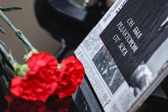 Красные и белые гвоздики в память о тех, кто ушел, возложили на могилу не только редактора, но и коллег