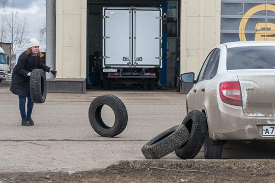 Поколесам ишинамвПДД впервые появляется запрет нанарушение правил сезонного использования автопокрышек: езда сиюня поавгуст назимних шипованных шинах, сдекабря пофевраль— налетних