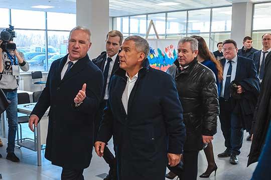 В прошлом году ТТС открыл огромный салон для продажи авто с пробегом (на фото: Вячеслав Зубарев и президент РТ Рустам Минниханов на открытии мегамолла)