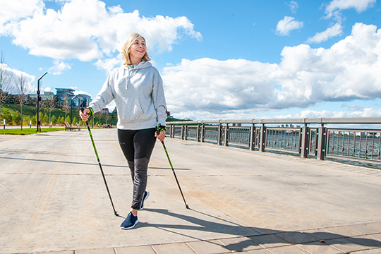 «При обычной ходьбе мызадействуем 70 процентов мышечной мускулатуры, авовремя скандинавской—все90!»