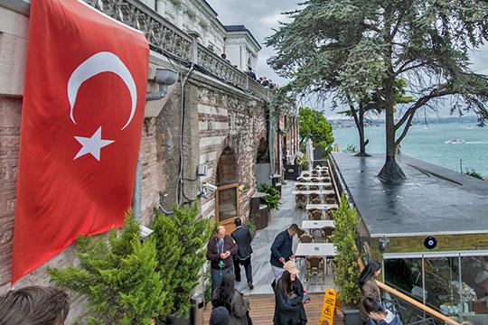Согласно законодательству, у россиян есть право пребывать в Турции 90 дней, в течение 60 дней можно находиться безвыездно, затем придется покинуть страну, чтобы, вернувшись, получить право на пребывание еще в течение 30 дней