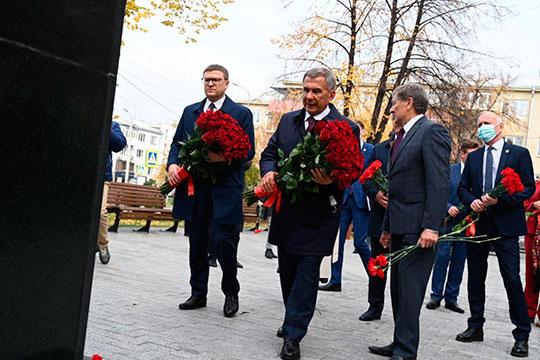 Открыв памятник, Минниханов с Текслером возложили цветы у еще одного памятника. Скульптурный бюст Мусе Джалилю в Челябинске установили в год 70-летия Победы