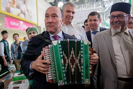Комиссия под руководством Марата Ахметова (слева) намерена развивать и сохранять татарский язык в многочисленных конкурсах: все из 15 вопросов, вынесенных на заседание, посвящены объявлению того или иного конкурса