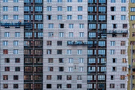 Рост спроса напервичное жилье стимулирует застройщиков регулярно пересматривать прайсы иповышать цены. Только засентябрь несколько раз «переклеивали» ценники