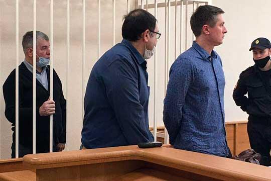 Обвиняемому вмошенничестве Рифату Ганибаеву (слева) смягчили меру пресечения