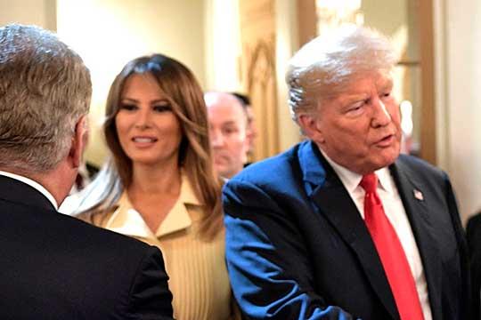 Дональд Трамп объявил, что у него и его жены Мелании обнаружен коронавирус, чем заработал первые политические очки, сделав достоянием всего мира свою хворь